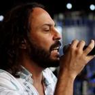 Gabriel O Pensador lê poema no palco (Jefferson Bernardes/ Agência Preview)
