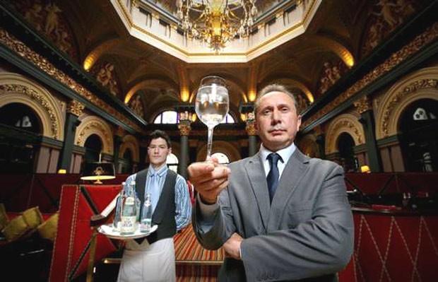 """O gerente do The Merchant Hotel, em Belfast: """"A senhora quer ver nossa carta de águas?"""" (Foto: Divulgação / The Marchant Hotel)"""