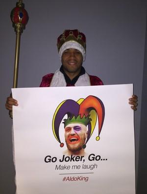 José Aldo vestido de rei com um cartaz provocativo a Conor McGregor (Foto: Ana Hissa)