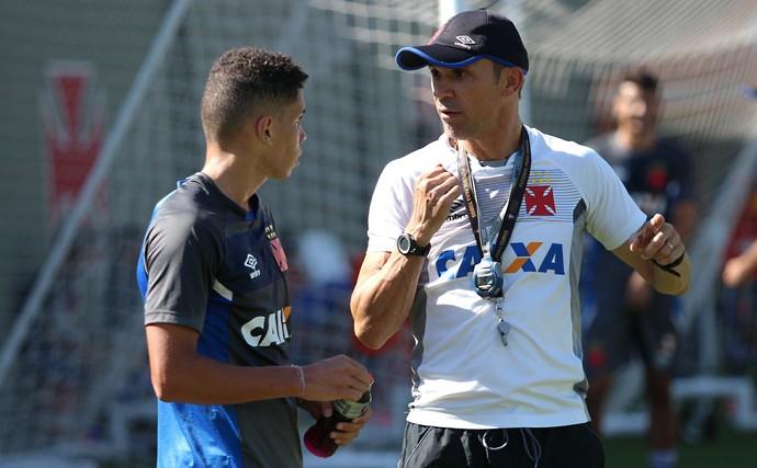 Paulinho e Milton Mendes no treino do Vasco desta segunda-feira em São Januário (Foto: Carlos Gregório Jr/Vasco.com.br)