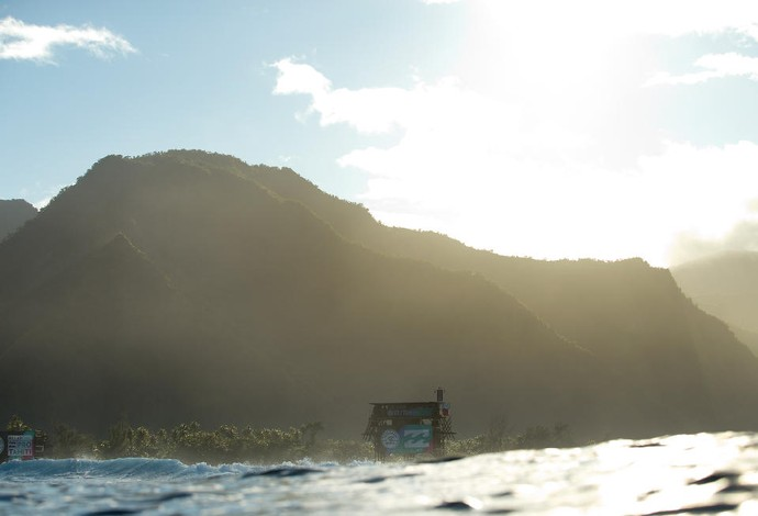 Tops da elite competem em belo dia de sol na paradisíaca bancada de Teahupoo, no Taiti (Foto: WSL / Kelly Cestari)