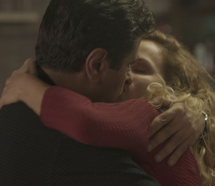 Hugo e Gilda se beijam (Foto: TV Globo)