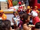 Militares do Corpo de Bombeiros distribuem brinquedos no Vergel
