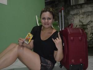 Administradora Allyne Santos ao lado da mala, que vai levar ao Rio de Janeiro (Foto: Graziela Miranda/G1)