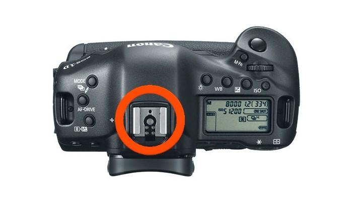Destaque para a sapata de flash na câmera (Foto: Divulgação/Canon)