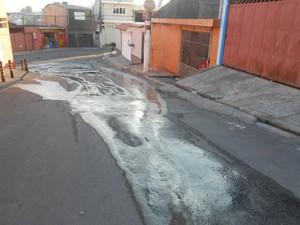 Vazamento na Rua Barão de Paiva Manso (Foto: José Boaventura Ramos/ VC no G1)