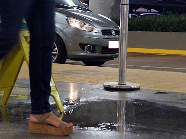 Poça d'água causada por goteira no Aeroporto JK, em Brasília (Foto: Ricardo Moreira/G1)
