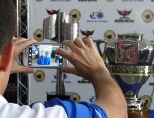Torcedor tira fotos das taças (Foto: Maurício Paulucci )