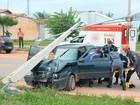 Motorista na BA bate em carro, perde controle da direção e derruba poste