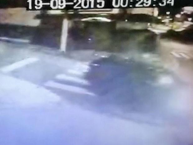 Câmera mostra veículo virando na rua onde ocorreu chacina em Carapicuíba (Foto: Reprodução/TV Globo)