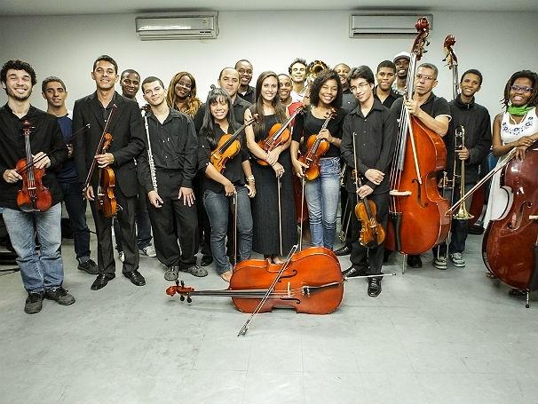 Jovens da Orquestra AfroReggae e seus instrumentos  (Foto: Divulgação/Andre Santos)