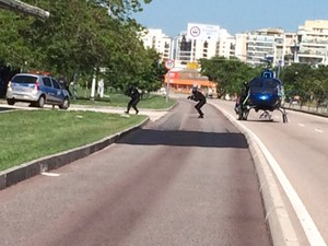 PMs desembarcam de helicóptero em treinamento. (Foto: Guilherme Brito/ G1)