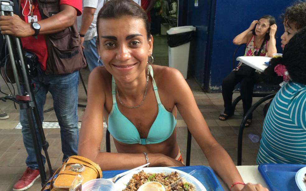 Luciana disse que passou a gastar R$ 10 para almoçar após p fechamento do restaurante (Foto: Daniel Silveira)