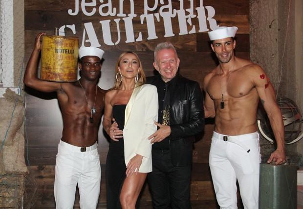 Sabrina Sato posa com Jean Paul Gaultier e modelos (Foto: Wallace Barbosa/AgNews)