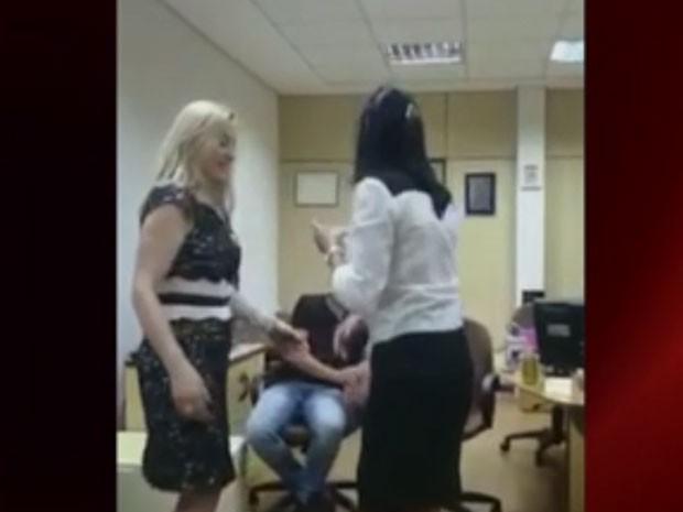 Delegada Elaine aparece dançando com colega da Polícia Civil (Foto: Reprodução/Globonews)