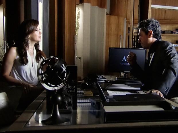 Lívia avisa a Stenio que quer processar Théo  (Foto: Salve Jorge/TV Globo)