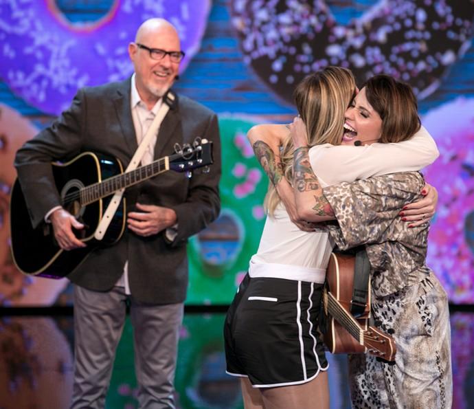 Mariana Santos abraça a irmã Raquel no palco do 'Tamanho Família' (Foto: Isabella Pinheiro / Gshow)
