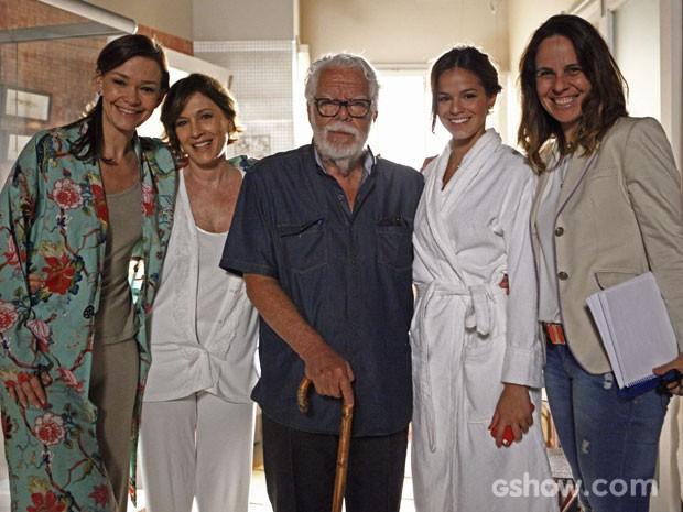 Manoel Carlos entre Bruna Marquezine, Natália do Vale, Julia Lemmertz e a diretora Teresa Lampreia (Foto: Inácio Moraes / TV Globo)