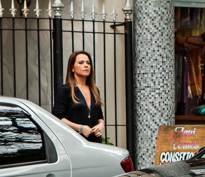 Fria, a socialite não dá nem um sorriso para o ex (Foto: Camila Camacho/Gshow)