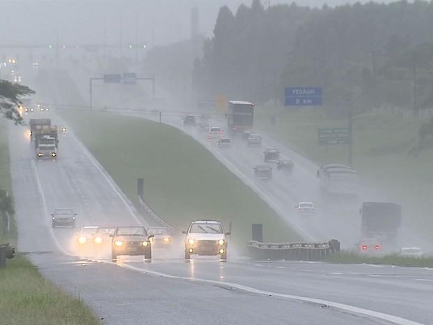Feriado lota estradas da região e chuva preocupou condutores  (Foto: Felipe Lazzarotto/Reprodução EPTV)