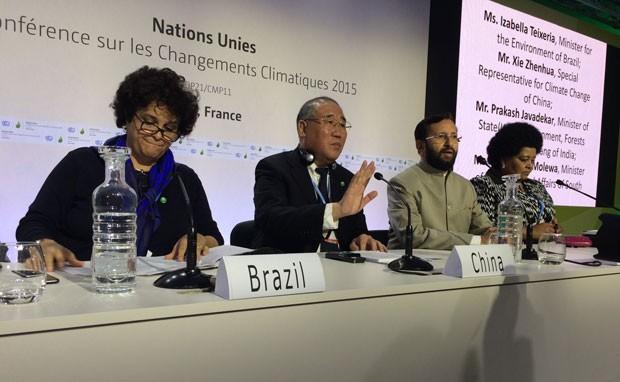 Izabella Teixeira, ministra do Meio Ambiente do Brasil, Xie Zhenhua, negociador-chefe da China,  Prakash Javadekar, ministro do Meio-Ambiente da Índia, e Edna Molewa, ministra do Ambiente da África do Sul, durante encontro do BASIC em Paris (Foto: Rafael Garcia/G1)
