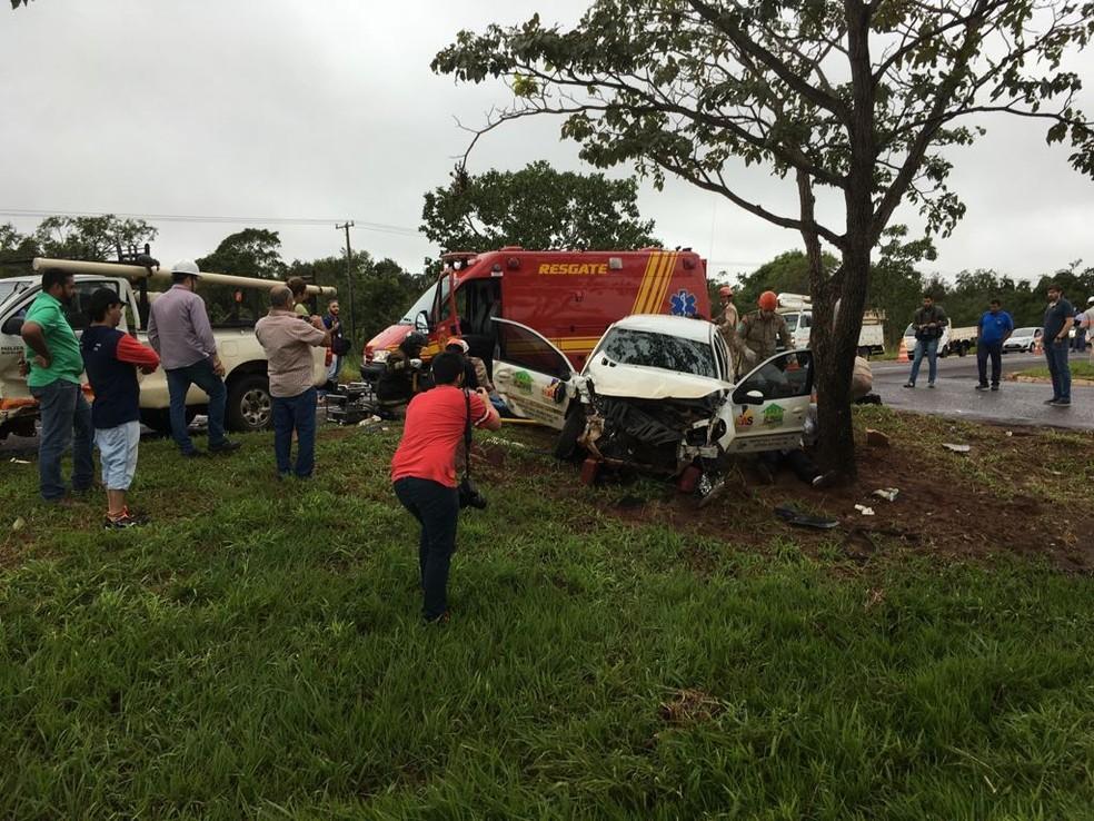 Carro da Assistência Social de Fátima do Sul bateu em árvore depois da colisão com caminhonete (Foto: Alexandre Cabral/ TV Morena)