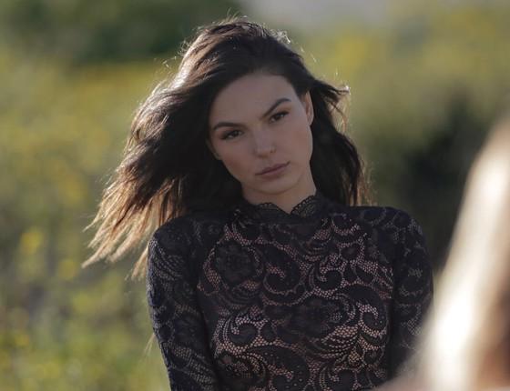 Isis Valverde posa de lingerie e diz que interpreta uma personagem sexy ao fazer fotos assim  (Foto: Divulgação)
