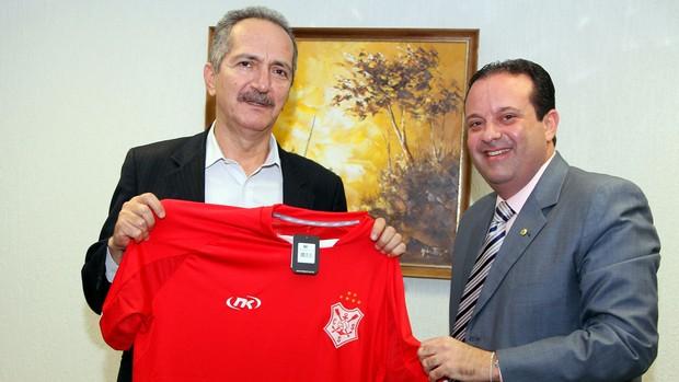 Ministro dos Esportes recebe camisa do Sergipe (Foto: Glauber Queiroz / Ascom – Ministério do Esporte)