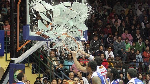 Bábby do Flamengo quebrando a tabela (Foto: Divulgação / FIBA)