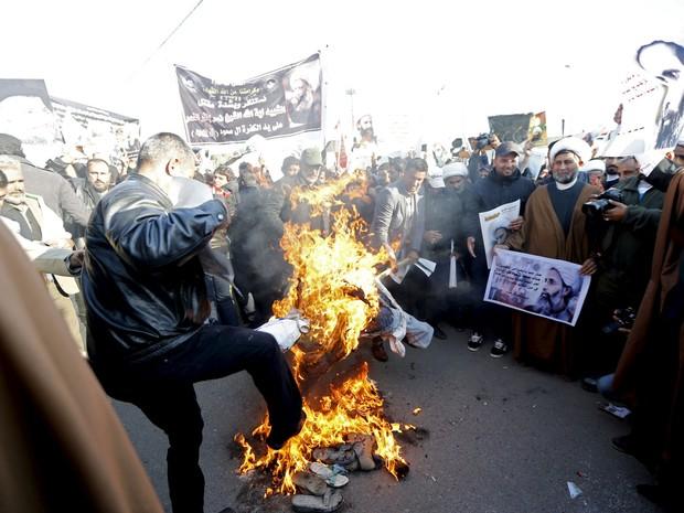 Manifestantes protestam contra a morte do clérigo xiita Nimr al-Nimr em Bagdá no dia 4 de janeiro de 2016 (Foto: Thaier Al-Sudani/Reuters)