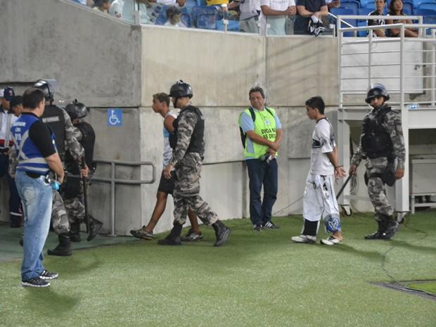 Torcedores foram retirados do meio da torcida na Arena das Dunas e levados para a delegacia (Foto: Jocaff Souza/GloboEsporte.com)