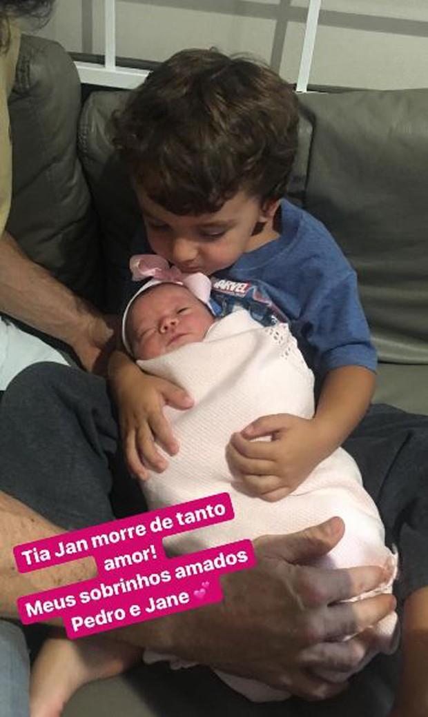 Pedro com a irmãzinha, Jane (Foto: Reprodução/Instagram)