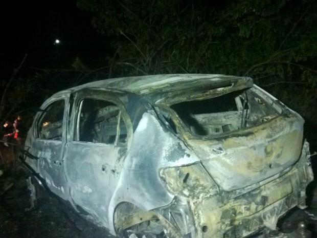 Carro que explodiu na BR-104 em Panelas, Pernambuco (Foto: Franklin Portugal/ TV Asa Branca)