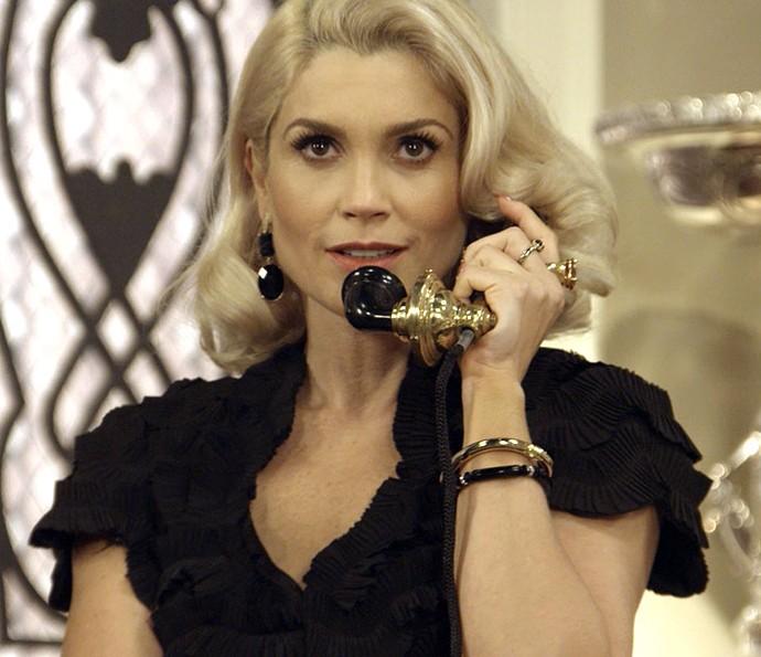 Sandra chama Ernesto para ir à mansão depois que Araújo vai embora (Foto: TV Globo)