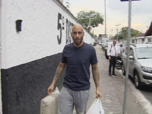 Edinho chegou ao 5º DP na tarde desta sexta-feira (Foto: Reprodução / TV Tribuna)