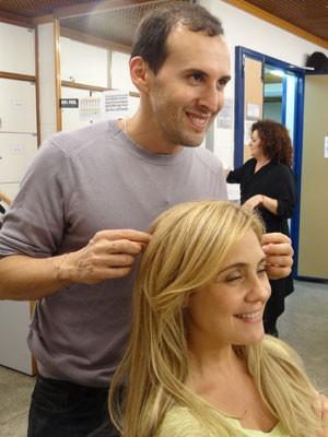Marcos Proença dá os retoques finais no cabelo de Adriana (Foto: Avenida Brasil/TV Globo)