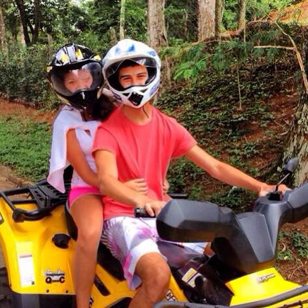 Vinícius Bonemer anda de quadriciclo com a namorada em Itaipava (RJ)  (Foto: Reprodução/Instagram)
