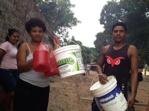 Populares mostram baldes vazios com a falta d'água (Foto: Gil Oliveira/G1)