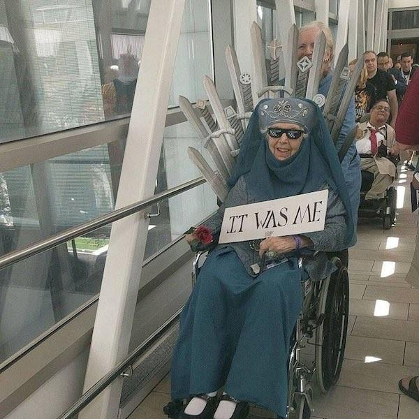 A fã de 85 anos de Game of Thrones vestida como Olenna Tyrell (Foto: Twitter)