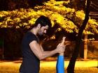 No clima do Dia dos Namorados, Adriana e Rodrigão fazem aula de yoga juntos