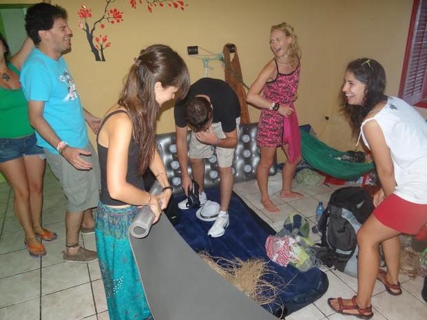 Amigos fazem as malas e se dizem tristes pelo fim do farra no Sítio Histórico (Foto: Danilo César / G1)