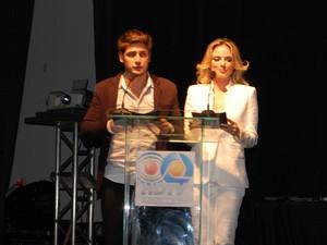 Atores globais Daniel Rocha e Natallia Rodrigues apresentaram evento de lançamento da TV Digital em Campina Grande (Foto: Taigura Rangel / G1-PB)