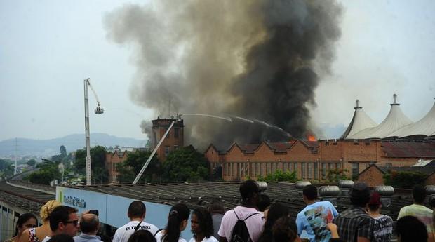 Incêndio atinge shopping na zona norte do RJ (Foto: Agência Brasil)