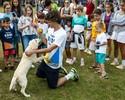 Presente de Huck, cão Medalha faz alegria de crianças em evento de Guga