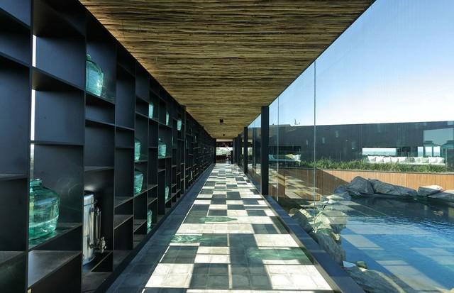 Uma vista para a piscina interna da Locanda - o corredor leva ao Restaurante Fasano (Foto: Divulgação)