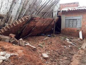 Muro quase caiu em cima de um dos quartos da casa (Foto: Carlos Alberto Soares/ TV TEM)