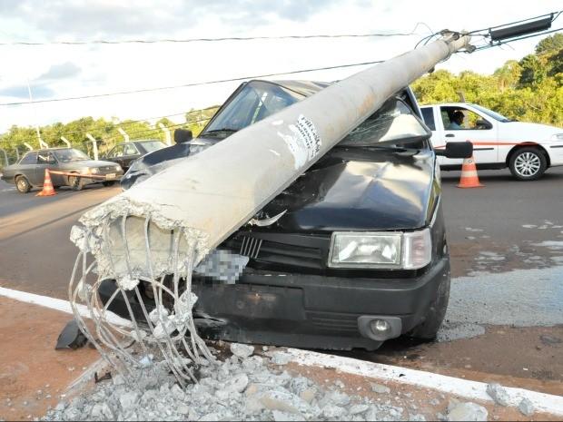 Motorista embriagado bate e poste cai em cima de veículo (Foto: Felipe Bastos/G1MS)
