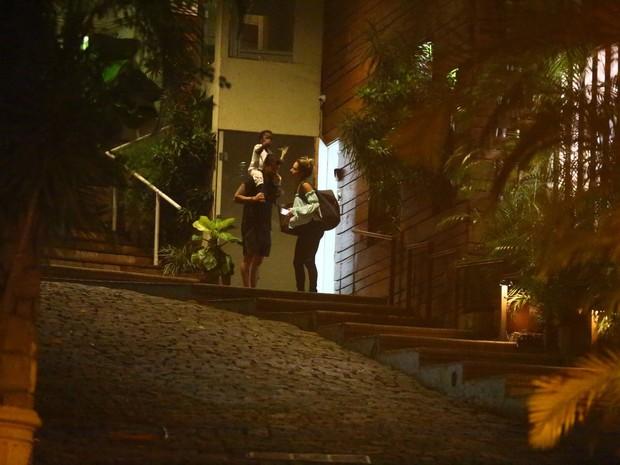 Giovanna Ewbank e Bruno Gagliasso com a filha, Titi Gagliasso, na Zona Oeste do Rio (Foto: Ag. News)