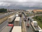Fila de caminhões chega a 5 km e vai até a cidade de Pacajus, no Ceará
