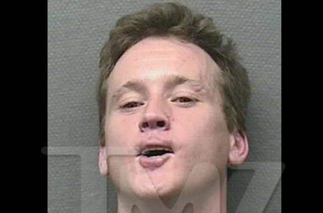 Tom Guiry em agosto de 2013. Acusações: cabecear um policial após resistir à abordagem da polícia, chamada porque o ator estava bêbado demais para embarcar em um voo. (Foto: Divulgação)